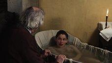 Летиция Каста принимает ванну