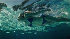 Эль Фаннинг плавает в бассейне