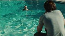 5. Эль Фаннинг плавает в бассейне – Галвестон