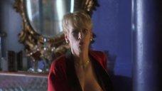 Джейми Ли Кертис засветила голую грудь