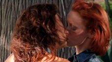 Поцелуй Тиа Каррере и Линди Бут у обрыва