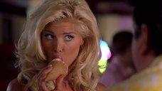 Виктория Сильвстедт эротично облизывает мороженое