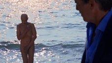 Полностью голая Трине Дюрхольм купается в море