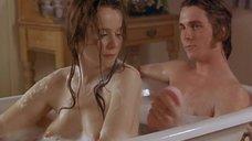 Эмили Уотсон принимает ванну с парнем