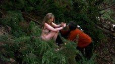 Молодая и голая Эмили Уотсон в лесу
