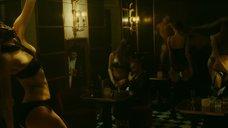 1. Сексуальный танец Шарлотты Ле Бон на барной стойке – Ирис
