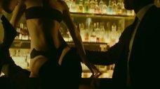 5. Сексуальный танец Шарлотты Ле Бон на барной стойке – Ирис