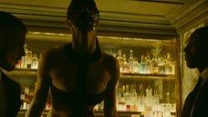 6. Сексуальный танец Шарлотты Ле Бон на барной стойке – Ирис