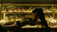 8. Сексуальный танец Шарлотты Ле Бон на барной стойке – Ирис