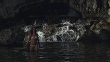 Эротичная Шарлотта Ле Бон в белье у водопада