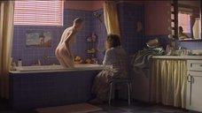 Обнаженная Джои Кинг встаёт из ванны