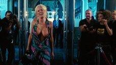 Дженни Маккарти засветила голую грудь