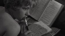 1. Обнаженная Жанна Валери лежит на кровати – Опасные связи (1959)