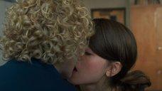 Наталия Дайер целует Джулию Гарнер