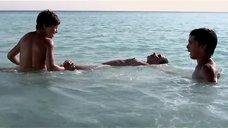 Валерия Голино купается топлес