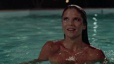 Горячая красотка Кристи Бринкли в бассейне