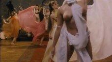 Танцовщицы с голой грудью