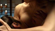Пак Мён-щин кормит грудью принца