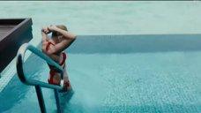 7. Кристина Асмус в красном купальнике – Текст