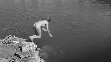 Анук Эме купается голой