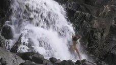 7. Обнаженная Анна Диеге моется под водопадом – Океан