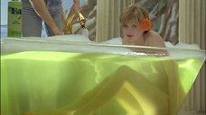 Обнаженная Ариан Лартеги в прозрачной ванне