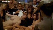 В окружении голых девиц