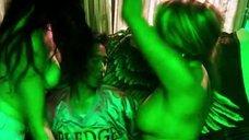 4. Bridgetta Tomarchio топлес на вечеринке – Соседи. На тропе войны