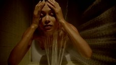 Обнаженная Тэнди Ньютон стоит под душем