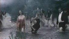 Анна Дымна выходит из воды