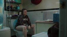 Лина Данэм в туалете