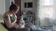 Лина Данэм дает грудь младенцу