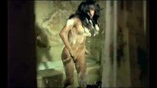 Обнаженная Нахед Шериф выбегает из ванны