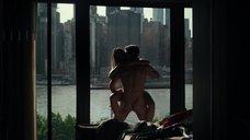 Секс с Сидни Мортон возле окна