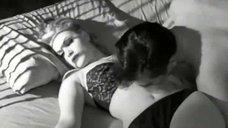 6. Насильник раздевает Гиги Дарлен – Плохие девочки отправляются в ад