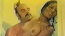 Зеррин Доган занимается сексом в душе