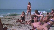 Молодые девки без купальников на пляже