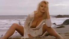 Эро клип с Анной Николь Смит на пляже