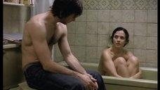 Катрин де Леан сидит в ванне