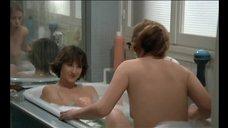 Обнаженные Оттавия Пикколо и Натали Бай принимают вместе ванну