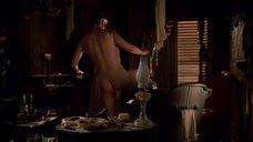 Робин Вайгерт залазит в ванну