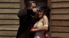 Сара Пачелли показала голую грудь