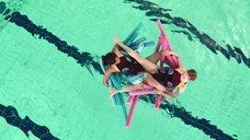 Алиса Хокин и Лили Ньюмарк трутся промежностями в бассейне