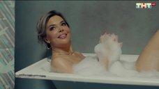 Карина Зверева в ванне с пеной