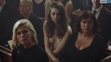 Таня Рейнольдс сидит без одежды