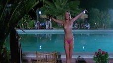 Изабель Маршалл топлесс прыгает в бассейн