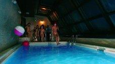 Голые девушки прыгают в бассейн