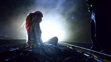 Связанная девушка на пути поезда