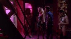 Эротичная Лиза Лион в коридоре