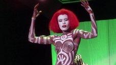 Разрисованная Грейс Джонс на сцене